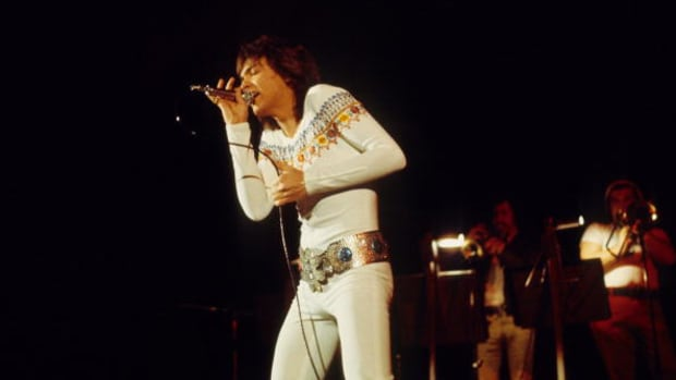 David Cassidy performs on stage in 1975 in Amsterdam, Netherlands. (Photo by Gijsbert Hanekroot/Redferns)