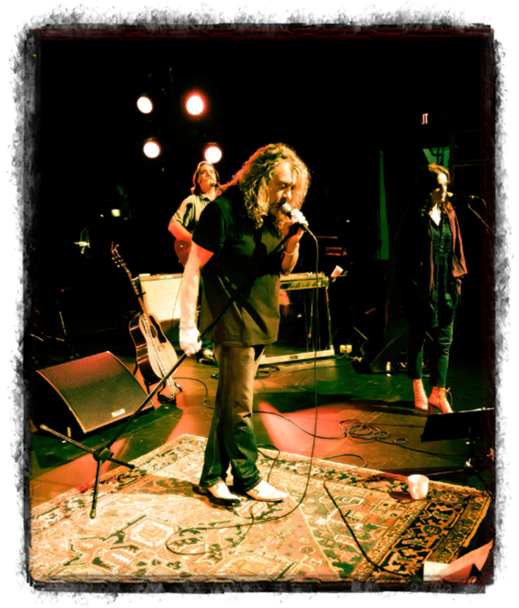 """PATTY GRIFFIN lends vocal support to Robert Plant on his """"Band Of Joy"""" tour."""