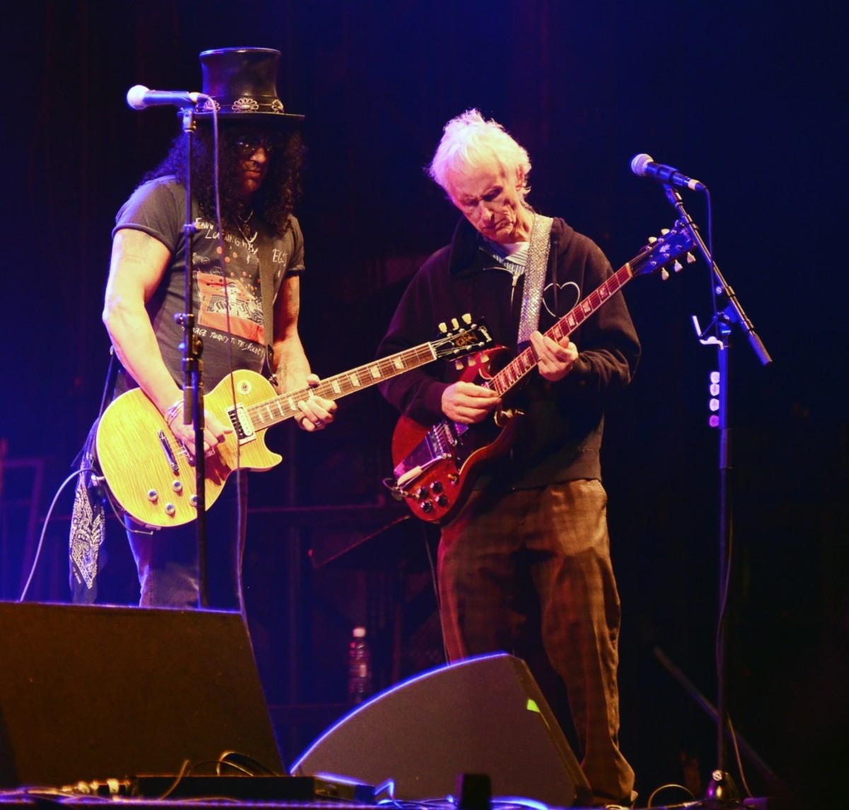 Slash (left) and Robby Krieger trade licks during the Jimi Hendrix concert tribute. (Photo by Chris M. Junior)