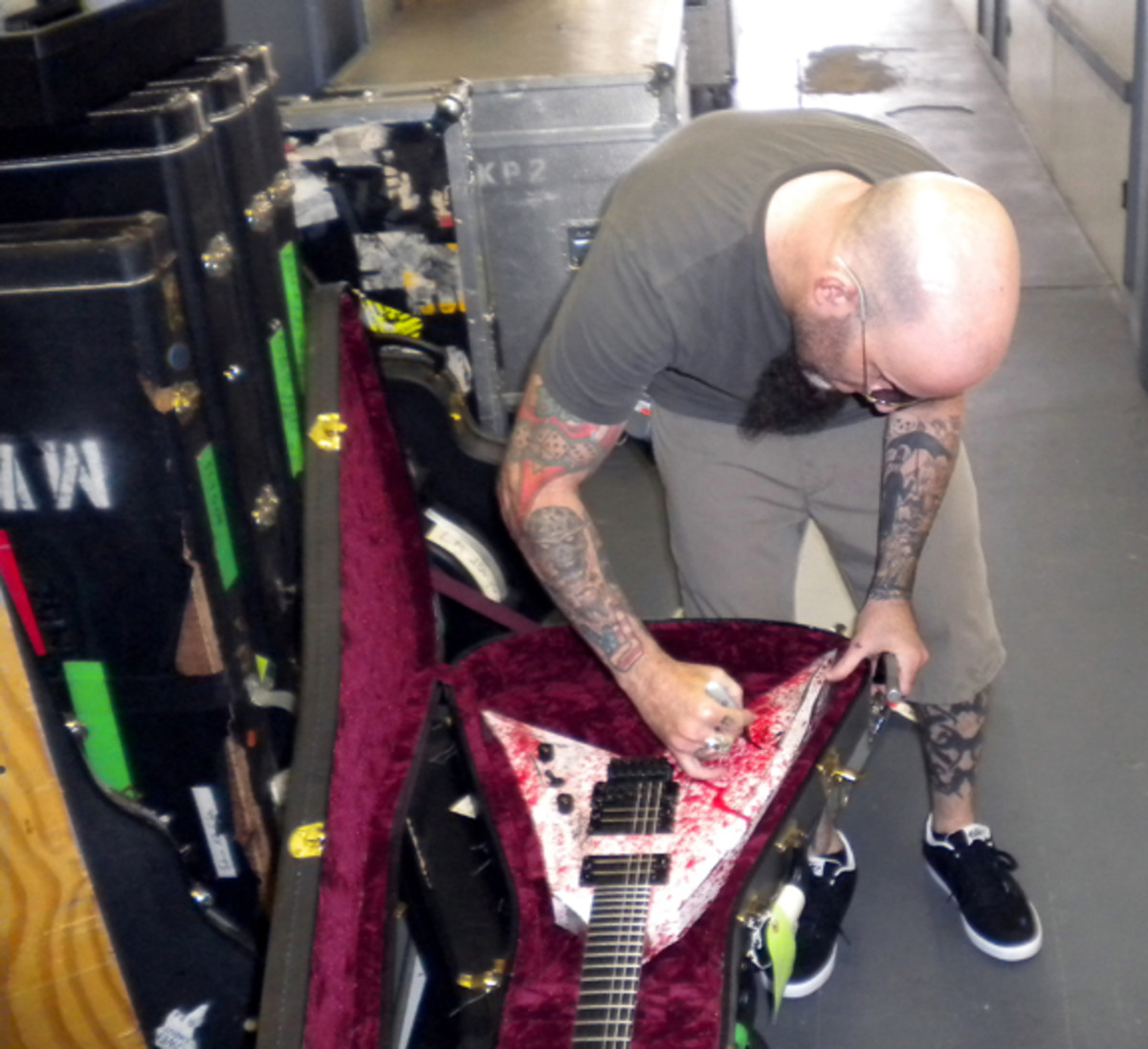 Scott Ian Anthrax signs guitar Backstage Auctions