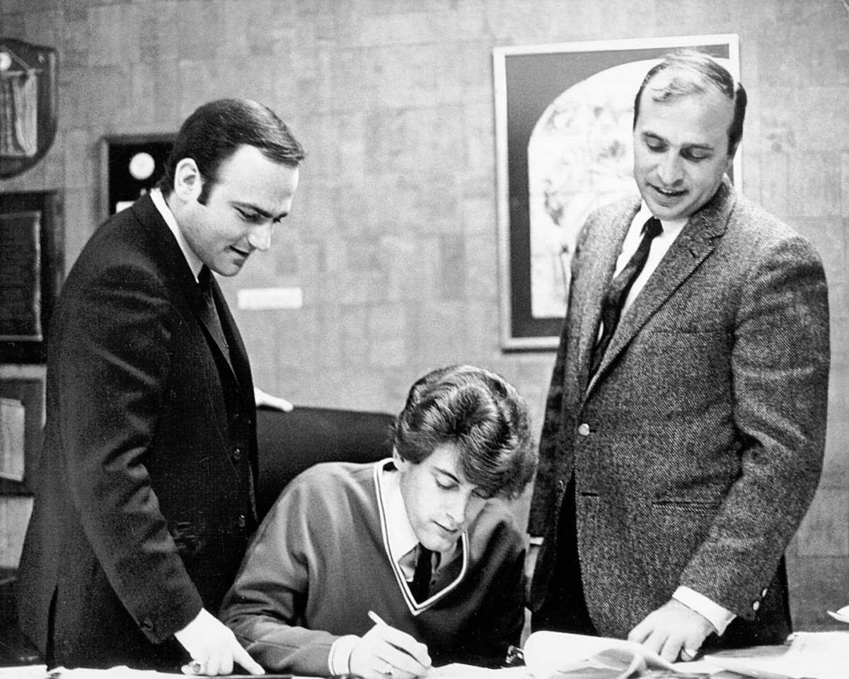 A YOUNG TOMMY JAMES signs on the dotted line for an exclusive management agreement with Leonard Stogel and Associates in 1966 as Stogel and Roulette Records President Morris Levy look on. Photo courtesy of Tommy James/Scribner