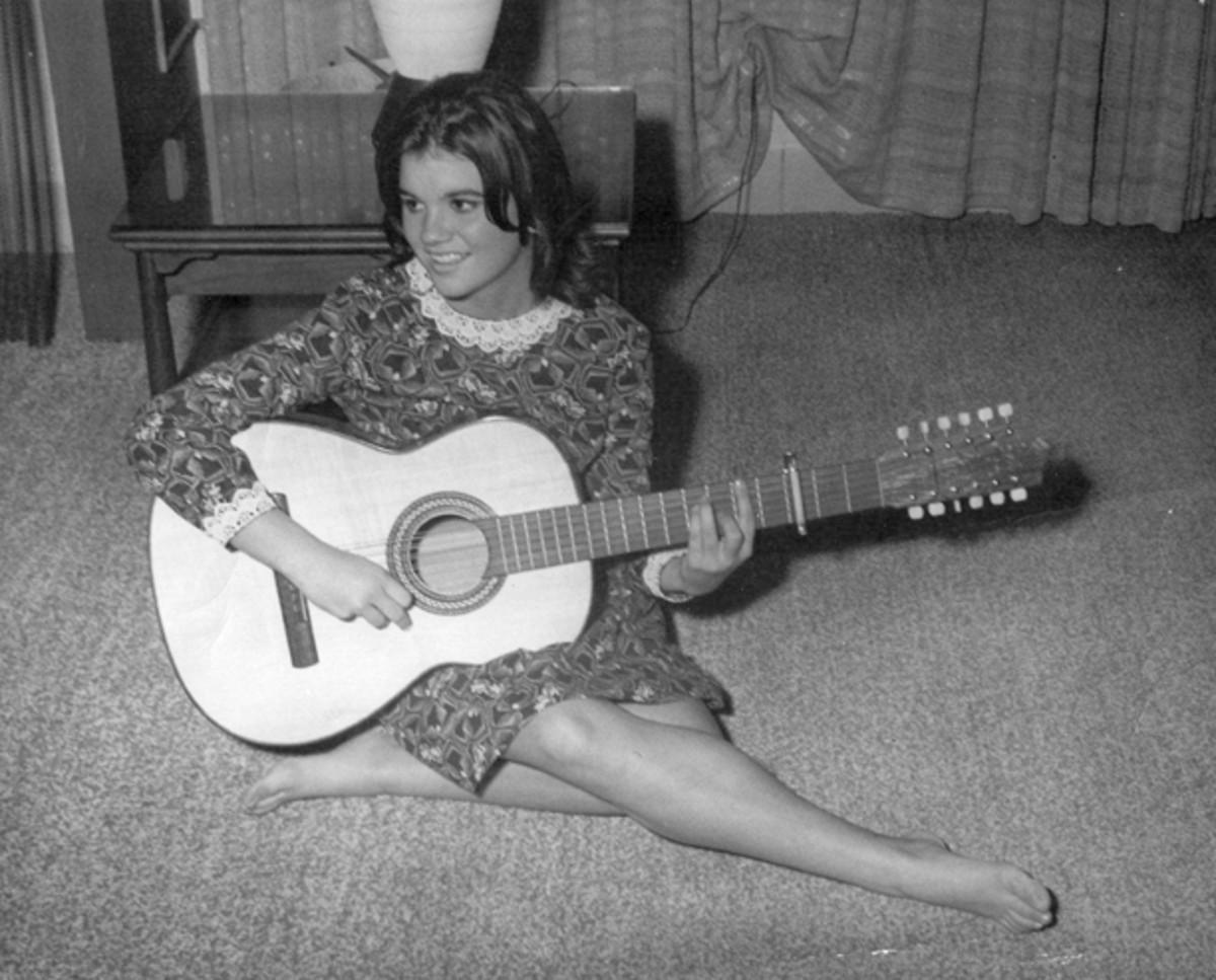 Linda Ronstadt Age 16 guitar