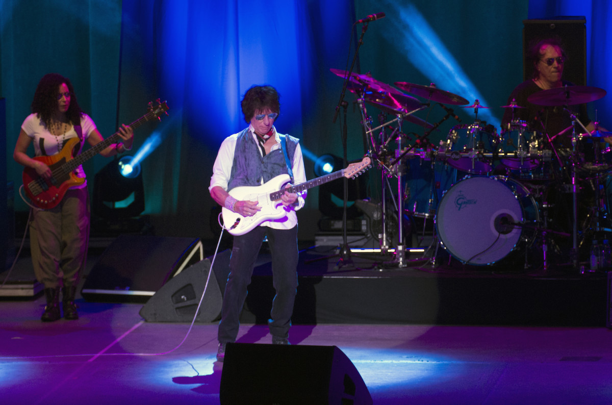 Left to right: Rhonda Smith, Jeff Beck and Vinnie Colaiuta on Aug. 12. (Photo by Chris M. Junior)