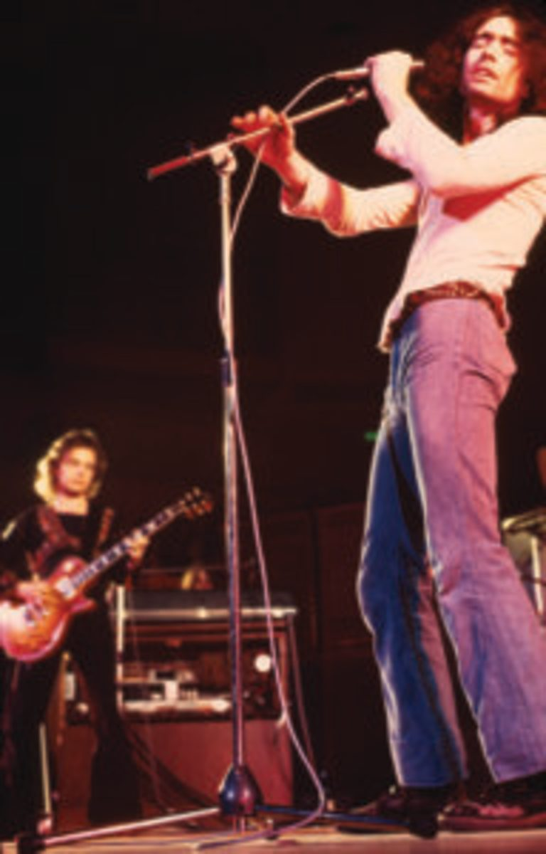 Free perform on stage in 1972, Paul Kossoff, Paul Rodgers. (Photo by Michael Putland/Getty Images)