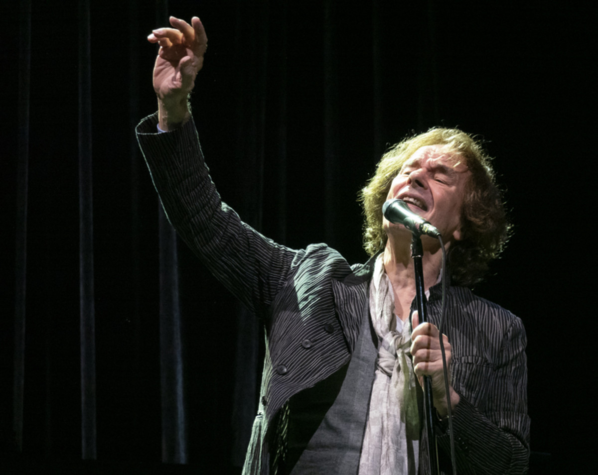 Colin Blunstone performing live. Photo by Bruce Frumerman.