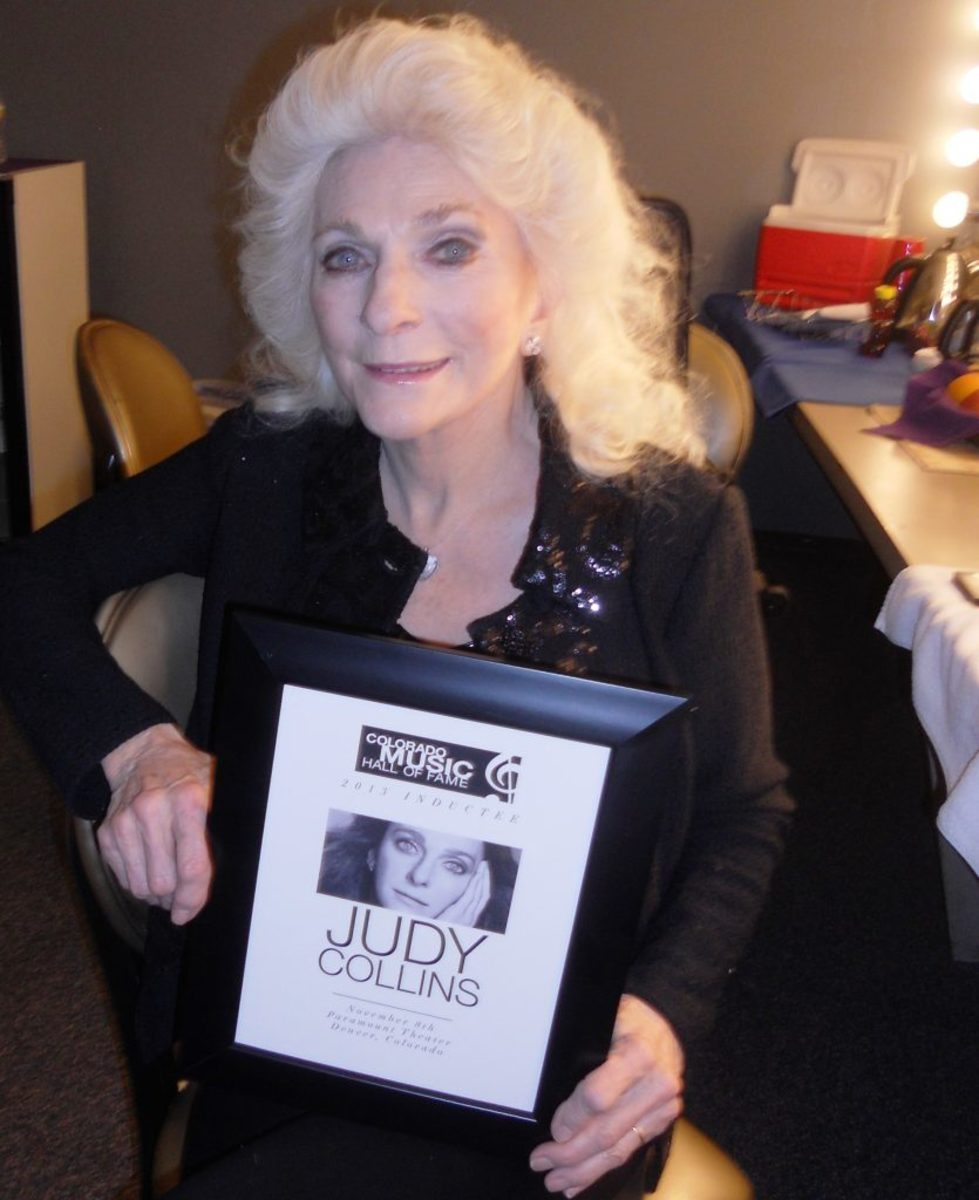 Judy Collins at her 2013 induction into the CMHOF.