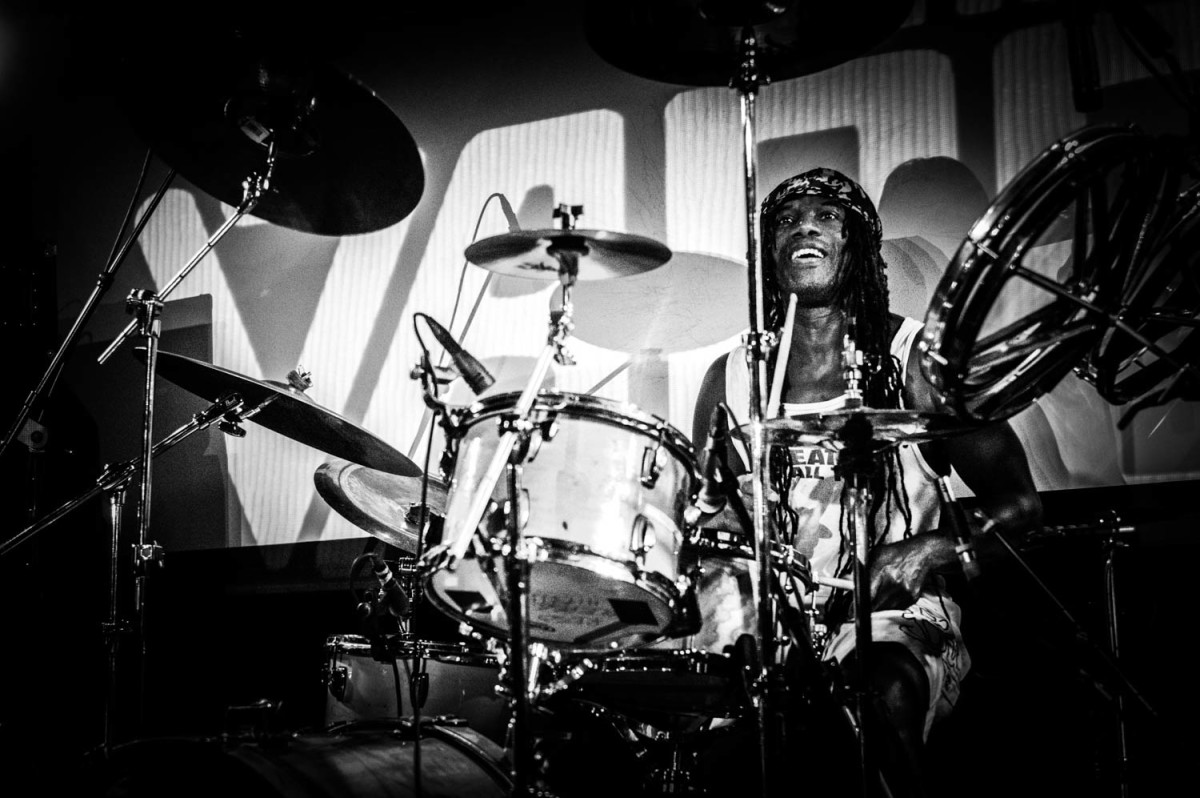 Michael Bowes gave an outstanding performance on drums for The Vapors. (Photo by Si Root: @siroot -https://www.instagram.com/siroot/)