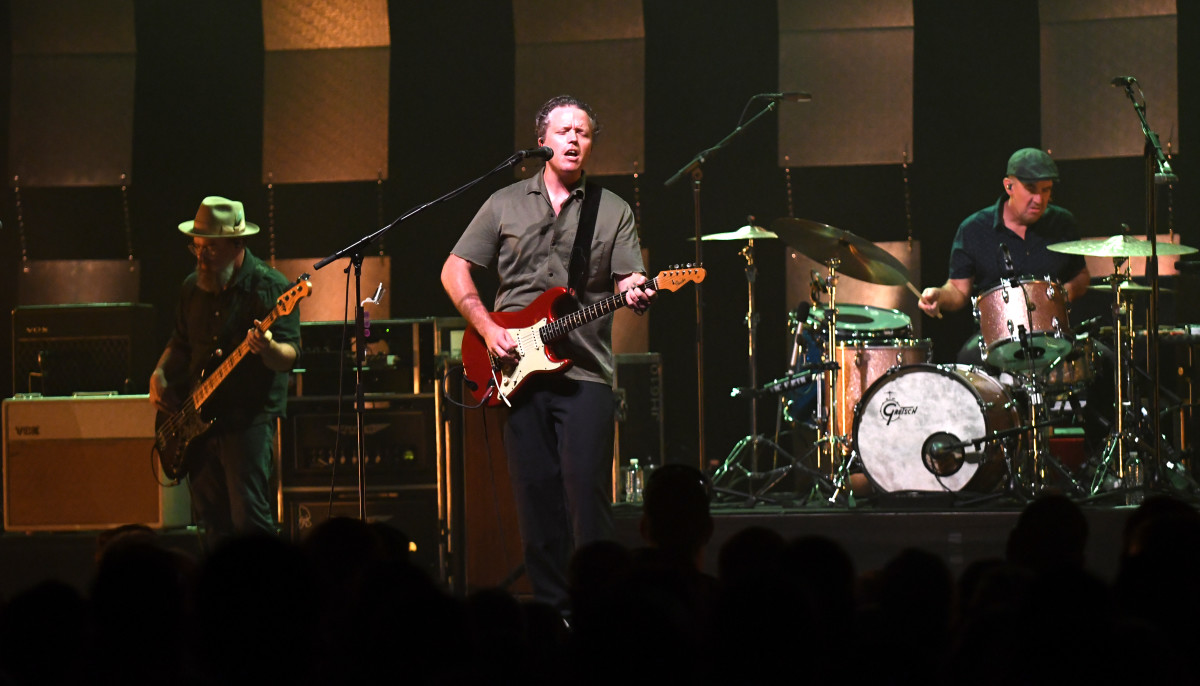 Jason Isbell (center) and the four-piece 400 Unit (featuring bassist Jimbo Hart and drummer Chad Gamble) in action Sept. 15 at The Met in Philadelphia. (Photo by Chris M. Junior)